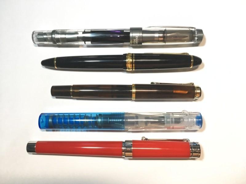 เทียบปากกา (จากบนไปล่าง) TWSBI Diamond 580 AL R, Sailor 1911 Standard, Pelikan Classic M200 Smoky Quartz, TWSBI Go, Montegrappa Parola